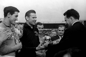 Lev Yachine reçoit son Ballon d'Or en 1963