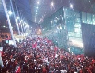 De nombreux albanais attendaient à l'aéroport