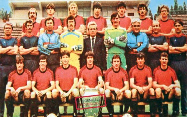 Ion Alecsandescru, au centre, pose avec le Steaua, nouveau champion d'Europe.