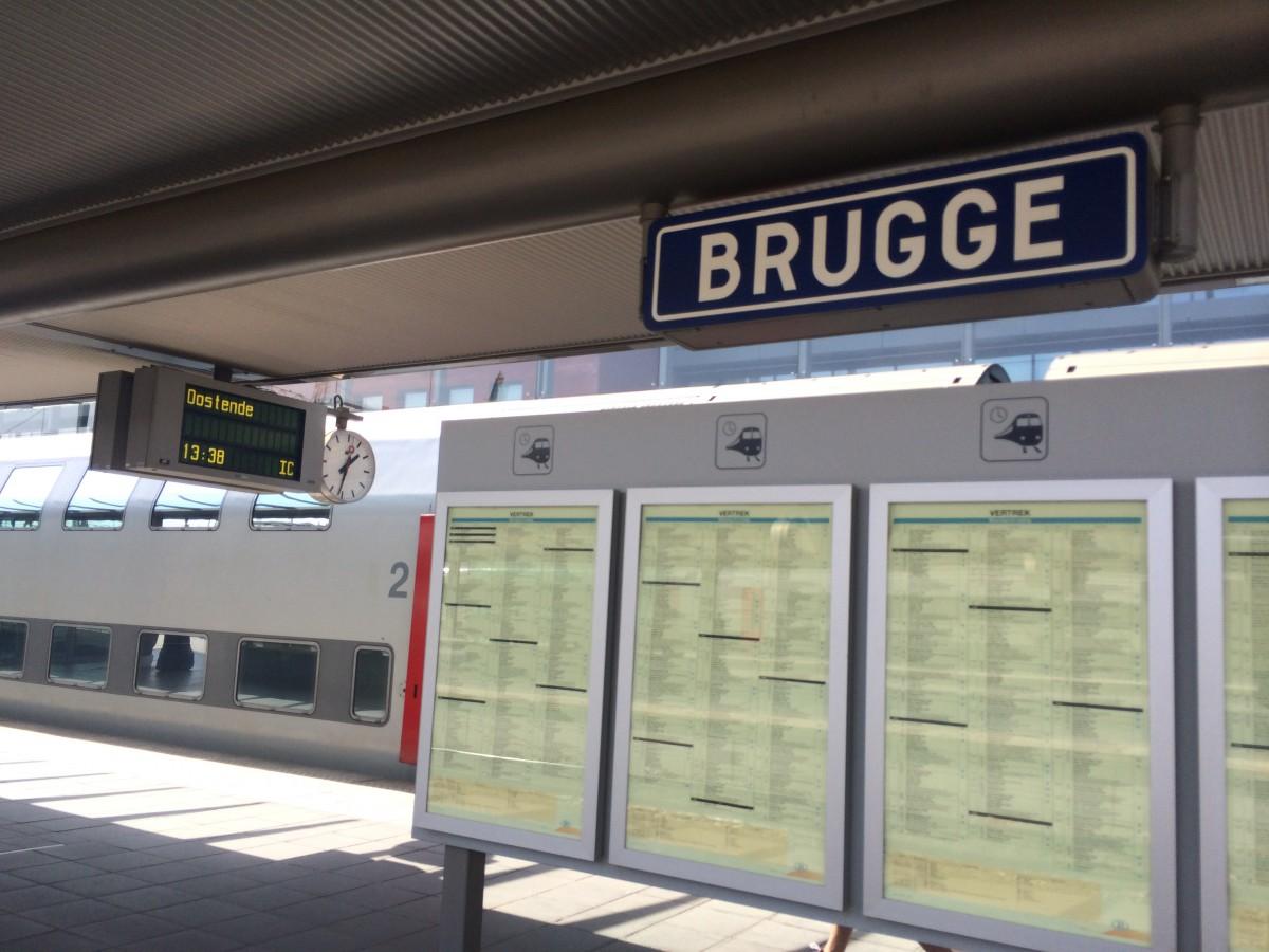 Arrivée en gare de Bruges sous le soleil