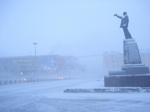 Le brouillard glacial de Yakutsk entoure Lénine