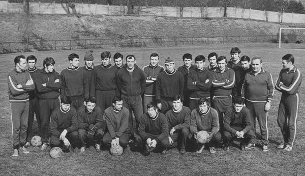 L'équipe réserve du Karpaty Lviv 1971 avec Bogdan Markevych en entraineur avant dernier à droite, et Myron Markevych tête basse rang du bas dernier à droite