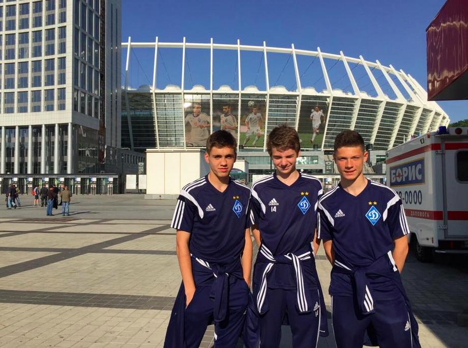 Ilias (à gauche) et ses coéquipiers U15 du Dynamo.