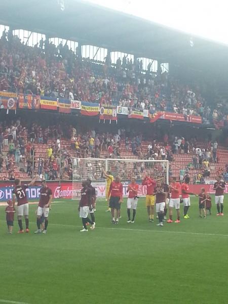 Après cette victoire arrachée, les joueurs du Sparta remercient longuement le stade.