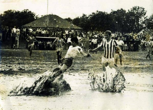 Face aux rivaux locaux du FK Decic en 1971