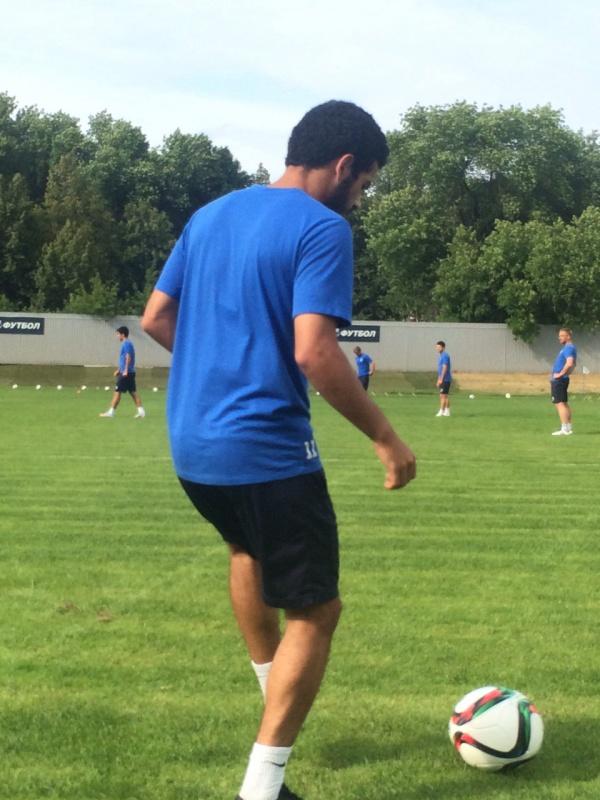 Les joueurs touchent le ballon avant que la séance commence.