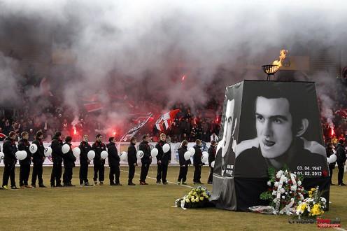 Quand un club et ses supporters rendent un dernier hommage aà Ladislav Kuna, le plus grand joueur de l'histoire du club.