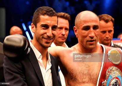 Heno et le champion du monde de boxe Arthur Abraham, autre sportif arménien installé en Allemagne, après une victoire le 18 Juillet 2015.