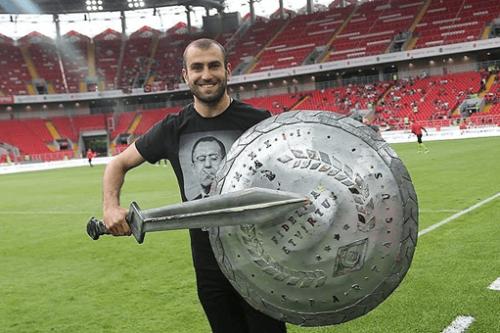 Movsisyan en gladiateur avec Serguey Lavrov sur son t-shirt, définitivement intégré en Russie.