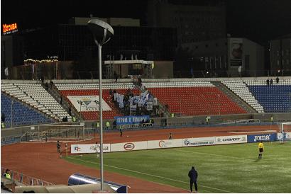 Les ultras de Novossibirsk bannières au vent.