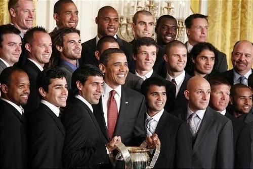 Le réfugié arménien qui fût drafté comme jeune espoir, le jeune espoir qui posa à la Maison Blanche avec Obama (quatrième en partant de la gauche tout en haut).